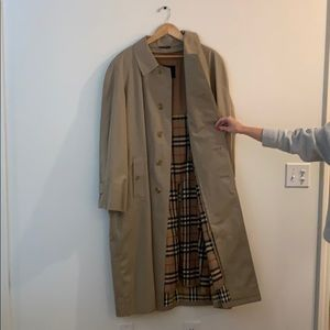 Authentic Burberry trench coat. NEVER WORN Size 52
